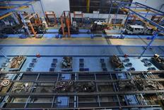 Empleados trabajando en una empresa de reciclaje de partes de automóviles, en Wuhan, China, 30 de julio de 2015. El crecimiento parece estar debilitándose en la mayoría de las principales economías del mundo, incluyendo Estados Unidos y más especialmente en China, dijo el jueves la Organización para la Cooperación y el Desarrollo Económicos (OCDE). REUTERS/China Daily