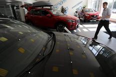 Автомобили Mazda Motor Co. в салоне Автомир в Москве. 12 августа 2015 года. Ассоциация европейского бизнеса (АЕБ), планировавшая улучшить прогноз российского авторынка по итогам 2015 года после результатов сентября и опроса автопроизводителей, оставила его почти без изменений. REUTERS/Maxim Zmeyev