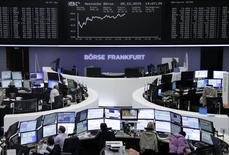Трейдеры на торгах фондовой биржи во Франкфурте-на-Майне 5 октября 2015 года. Европейские фондовые рынки поднялись до месячного максимума благодаря надежде инвесторов на продолжение мягкой политики крупнейших центробанков. REUTERS/Staff/remote