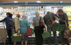 Люди в супермаркете в Минске. 20 сентября 2011 года. Инфляция в Белоруссии в сентябре составила 1,3 процента, по сравнению с 0,2 процента в предыдущем месяце, сообщил Белстат предварительные данные. REUTERS/Vasily Fedosenko