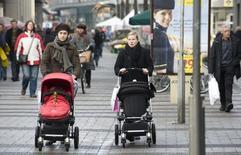 Sur une artère commerçante à Cologne. Le gouvernement allemand va abaisser sa prévision de croissance pour cette année à 1,7% mais maintiendra celle de l'année prochaine à 1,8%. /Photo d'archives/REUTERS/Wolfgang Rattay