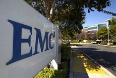 El logo de EMC visto en la entrada de las oficinas de la compañía en Santa Clara. El fabricante de computadoras Dell Inc comprará la compañía de almacenamiento de datos EMC Corp en 67.000 millones de dólares, la mayor adquisición en la historia del sector de la tecnología, para tratar de convertirse en un jugador relevante en el mercado de gestión de información de empresas. REUTERS/EMC/Handout via Reuters
