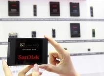 Micron Technology et Western Digital ont des négociations en cours avec SanDisk en vue d'une possible acquisition de ce dernier, rapporte mardi l'agence Bloomberg. /Photo d'archives/REUTERS/Pichi Chuang