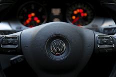 Volkswagen a démenti mercredi une information du magazine der Spiegel selon laquelle une trentaine de managers du constructeur automobile sont impliqués dans le scandale de la fraude aux tests anti-pollution. /Photo prise le 30 septembre 2015/REUTERS/Stefan Wermuth