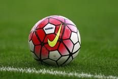 Мяч компании Nike на газоне сталиона в Ливерпуле. Nike Inc, крупнейший в мире производитель спортивной одежды и обуви, ожидает большего роста выручки в ближайшие пять лет по сравнению с предыдущим пятилетним периодом, сообщила компания в среду. Action Images via Reuters / Jason Cairnduff
