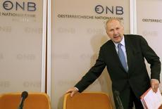 El miembro del consejo gobernante del BCE, Ewald Nowotny, llega para una conferencia de prensa en Viena, 5 de diciembre de 2014. Se necesitan nuevos esfuerzos para impulsar el crecimiento en la zona euro en la medida en que la inflación, incluso descontando los precios de la energía, sigue por debajo de la meta del Banco Central Europeo, dijo el jueves el miembro del consejo gobernante del BCE Ewald Nowotny. REUTERS/Leonhard Foeger