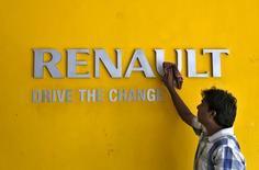 Renault est à la mi-séance la deuxième plus forte hausse du CAC 40, les valeurs cycliques reprenant des couleurs avec le marché, selon un scénario bien rôdé où l'automobile profite de surcroît de l'effet M&A de Montupet. /PHoto prise le 22 août 2015/REUTERS/Amit Dave