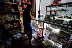 Un mujer trabaja en una tienda, en Bogotá, 3 de febrero de 2015. La confianza del consumidor en Colombia subió en septiembre frente al mes anterior pero se mantuvo en sus niveles más bajos desde el año pasado, en un reflejo de la fragilidad en las perspectivas económicas, mostró el jueves una encuesta del centro de estudios Fedesarrollo. REUTERS/Jose Miguel Gomez