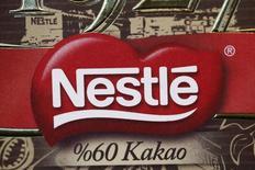 El logo de Nestlé fotografiado en uno de sus productos en muestra en la sede de la compañía en Vevey, 19 de febrero de 2015. El gigante de los alimentos Nestlé revisó a la baja su pronóstico para todo el año el viernes después de que un escándalo de fideos Maggi siguió lastrando sus ingresos. REUTERS/Denis Balibouse