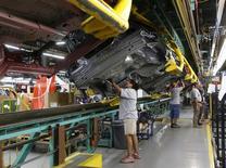 Un auto Ford Mustang 2015 en la línea de producción de la planta de ensamblaje de Ford en Flat Rock, Michigan, 20 de agosto de 2015. La producción industrial de Estados Unidos se contrajo en septiembre por segundo mes consecutivo ante una renovada debilidad en la extracción de petróleo y gas, el último indicio de que la economía perdió impulso en el tercer trimestre. REUTERS/Rebecca Cook