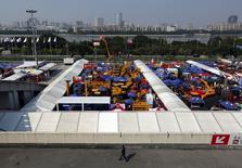 """Salon de l'import-export à Guangzhou, dans le sud de la Chine. Le président chinois Xi Jinping reconnaît des """"inquiétudes au sujet de l'économie chinoise"""" mais il se dit confiant dans la capacité du pays à surmonter le ralentissement actuel, qui correspond selon lui à un ajustement structurel normal. /Photo prise le 15 octobre 2015/REUTERS/Bobby Yip"""