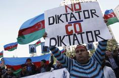 Участники оппозиционной акции протеста в Баку 12 октября 2013 года. Правозащитники попросили президента Азербайджана Ильгама Алиева помиловать к парламентским выборам группу диссидентов, которых Запад рассматривает как политических заключенных. REUTERS/David Mdzinarishvili