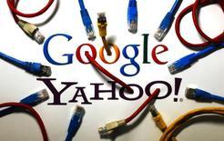 Логотипы Google и Yahoo в Берлине 31 октября 2013 года. Компания Yahoo Inc подписала соглашение с Google о поисковой рекламе, что может стать хорошим подспорьем для главы Yahoo Мариссы Майер, пытающейся оптимизировать работу компании, выручка и прибыль которой оказались ниже рыночных оценок. REUTERS/Pawel Kopczynski