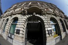 El logo de Credit Suisse, en la sede de la compañía en la plaza Paradeplatz, en Zúrich, 10 de marzo de 2015. El prestamista suizo Credit Suisse anunció que llevará a cabo dos ampliaciones de capital para recaudar poco más de 6.000 millones de francos suizos (6.280 millones de dólares), así como una serie de cambios en su cúpula directiva y una emisión parcial de acciones de su banco universal suizo. REUTERS/Arnd Wiegmann