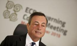 Глава ЕЦБ Марио Драги на пресс-конференции в Сент-Джулиансе. 22 октября 2015 года. Европейский центробанк в четверг оставил процентные ставки и программу скупки облигаций без изменений, а президент Марио Драги сказал, что банк пересмотрит политику в декабре, чтобы понять, что можно еще сделать для борьбы со слабой инфляцией. REUTERS/Darrin Zammit Lupi
