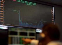 Una persona observa un panel electrónico con información bursátil en la Bolsa de Valores de Sao Paulo, sep 10, 2015. Las acciones de Brasil subían el jueves tras dos sesiones a la baja, en línea con el exterior, tras comentarios del presidente del Banco Central Europeo sobre el programa de estímulo de la autoridad monetaria. REUTERS/Paulo Whitaker