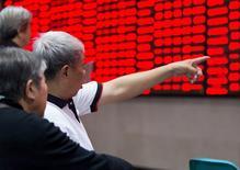 Un inversor apunta a un tablero electrónico que muestra la información de las acciones, en una correduría en Nanjing, 23 de octubre de 2015. Las acciones chinas subieron más de un 1 por ciento el viernes luego de que el presidente Xi Jinping dijo que la economía no sufrirá un aterrizaje forzoso, y por el reporte de unos datos de precios de casas que sugirieron una leve recuperación en el mercado inmobiliario local. REUTERS/China Daily