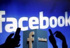 Facebook est l'une des valeurs à suivre sur les marchés américains, le titre du réseau social gagnant 3,18% en avant-Bourse dans le sillage des résultats trimestriels meilleurs que prévu d'Alphabet. /Photo d'archives/REUTERS/Dado Ruvic