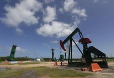 Нефтяной станок-качалка в Варадеро. 21 октября 2015 года. Предложение нефти на мировом рынке может сократиться с середины 2016 года за счет снижения инвестиций и падения добычи в США, сказал исполнительный директор Международного энергетического агентства (IEA) Фатих Бирол. REUTERS/Enrique de la Osa