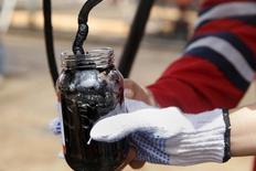 Un trabajador recolecta una muestra de crudo en un pozo petrolero de la estatal PDVSA en Monagas, Venezuela, abr 16, 2015. Venezuela interrumpió la exportación de crudo a Uruguay desde su último envío en mayo y enfrenta dificultades para renovar un contrato con la petrolera estatal uruguaya ANCAP que le permite recibir alimentos a cambio del petróleo, según una fuente y datos de Reuters sobre flujos comerciales. REUTERS/Carlos Garcia Rawlins