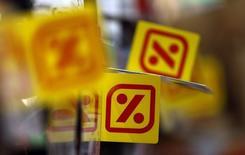 Le groupe espagnol de supermarchés Dia affiche un bénéfice opérationnel en hausse de 7% sur les neuf premiers mois de 2015, avec une progression des ventes. Le résultat ajusté avant intérêts, impôts, dépréciations et amortissements (Ebitda) a atteint 427 millions d'euros, en ligne avec les attentes des analystes. /Photo d'archives/REUTERS/Sergio Perez