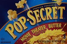 Pop corn de la marque Diamond Foods. Le fabricant américain de snacks Snyder's-Lance a annoncé mercredi le rachat de Diamond Foods, propriétaire de la marque de chips Kettle, pour 1,27 milliard de dollars (1,15 milliard d'euros). /Photo d'archives/REUTERS/Shannon Stapleton