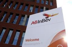 El logo de AB InBev fotografiado afuera de la sede de la compañía en Leuven, Bélgica, 27 de octubre de 2015. La cervecera SABMiller Plc extendió en una semana el plazo para que su rival Anheuser-Busch InBev haga una oferta formal de adquisición por más de 100.000 millones de dólares. REUTERS/Francois Lenoir