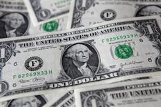 Долларовые банкноты. Варшава, 8 августа 2011 года. Курс доллара к корзине шести основных валют близок к максимуму 2,5 месяцев за счет намека ФРС на возможность повышения процентных ставок в декабре и ожиданий дальнейшего смягчения политики Европейского центробанка. REUTERS/Kacper Pempel