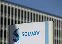 Le groupe chimique belge Solvay a annoncé jeudi un bénéfice courant (Rebitda) supérieur aux attentes au troisième trimestre en raison notamment de la solidité des ventes de polymères de spécialité à l'industrie électronique et de la faiblesse de l'euro. /Photo prisele 29 juillet 2015/REUTERS/Francois Lenoir