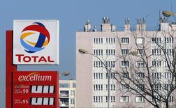 Логотип Total на АЗС в Марселе. 11 февраля 2015 года. Чистая прибыль французской нефтяной компании Total снизилась на 23 процента в третьем квартале за счет падения цен на нефть, но превзошла прогноз аналитиков. REUTERS/Jean-Paul Pelissier