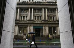 La Banque du Japon (BOJ) a annoncé vendredi qu'elle allait maintenir son actuelle politique monétaire, promettant un accroissement de sa base monétaire à un rythme annuel de 80.000 milliards de yens (660 milliards de dollars) par l'achat d'obligations et de valeurs à risque. /Photo prise le 18 février 2015/REUTERS/Thomas Peter