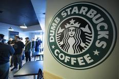 Starbucks, à suivre à Wall Street. La chaîne de cafés a publié jeudi soir des résultats trimestriels meilleurs que prévu mais ses prévisions prudentes pour la fin de l'année ont déçu les analystes, faisant perdre jusqu'à 3% à son action dans les transactions électroniques à Wall Street avant qu'elle ne se reprenne. /Photo d'archives/REUTERS/Jonathan Alcorn