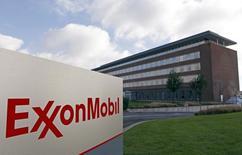 ExxonMobil a annoncé vendredi une chute de 47% de son bénéfice au troisième trimestre avec l'effondrement des cours du pétrole. La plus grande compagnie pétrolière cotée au monde a dégagé un bénéfice de 4,24 milliards de dollars (3,85 milliards d'euros) sur la période, contre 8,07 milliards de dollars un an plus tôt. /Photo d'archives/REUTERS/Sebastien Pirlet