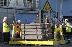 Unos trabajadores cargando un cargamento de cobre listo para ser exportado a Asia en el puerto chileno de Valparaíso, ene 25, 2015. Chile anotó un déficit fiscal entre enero y septiembre del 0,8 por ciento del Producto Bruto Interno (PIB) estimado, debido a un descenso de los pagos provenientes del cobre, principal envío del país, y en medio de una desaceleración de la actividad interna. REUTERS/Rodrigo Garrido