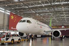 La compagnie aéronautique chinoise Comac a présenté lundi à Shanghai son avion de ligne C919, un appareil à fuselage étroit qui doit venir concurrencer le Boeing 737 et l'Airbus A320. Le groupe aéronautique public dit avoir d'ores et déjà reçu 517 commandes, émanant pour l'essentiel de compagnies aériennes chinoises. /Photo prise le 2 novembre 2015/REUTERS/China Daily