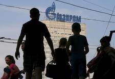 Логотип Газпрома на здании в Москве 10 августа 2015 года. Российский монополист в экспорте природного газа - Газпром нарастил экспорт газа в дальнее зарубежье в октябре 2015-го на 41 процент по сравнению с тем же периодом 2014 года, сообщил концерн. REUTERS/Maxim Shemetov