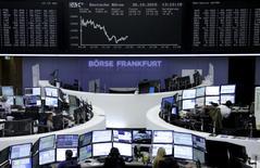 Operadores trabajando en la Bolsa de Fráncfort, Alemania, 30 de octubre de 2015. Las bolsas europeas bajaban en las primeras operaciones del lunes, siguiendo la dirección de los mercados asiáticos luego de que unos débiles datos de manufactura en China avivaron las preocupaciones sobre el crecimiento global. REUTERS/Staff/remote