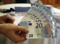 Billetes de 20 euros presentados en el banco nacional de Austria, en Viena, 24 de febrero de 2015. El euro subía el lunes, manteniéndose por encima de los 1,10 contra el dólar, gracias a rendimientos de bonos alemanes más altos después de que algunos inversores consideraron bastante equilibrados los comentarios sobre política monetaria del fin de semana del presidente del BCE, Mario Draghi. REUTERS/Leonhard Foeger