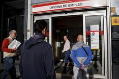 Le taux de chômage en Espagne a augmenté en octobre pour le troisième mois consécutif en raison notamment de la fin de contrats saisonniers liés au tourisme. Le taux de chômage, calculé sur une base trimestrielle par l'Institut national de la statistique (Ine), était de 21,2% au troisième trimestre, son niveau le plus bas depuis quatre ans. /Photo d'archives/REUTERS/Andrea Comas