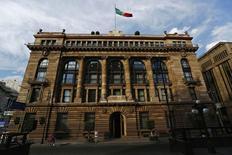 La sede del Banco de México en Ciudad de México, ene 23, 2015. El banco central de México estrechó su pronóstico para el crecimiento económico local de este año a un rango de 1.9-2.4 por ciento, desde el 1.7-2.5 por ciento anterior, de acuerdo con el informe trimestral de inflación publicado el miércoles.      REUTERS/Edgard Garrido