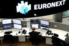 Euronext a indiqué jeudi avoir réalisé avec un an d'avance son premier groupe d'objectifs à moyen terme et a fait état de résultats trimestriels meilleurs qu'attendu à la faveur d'une baisse de ses charges et d'une activité record pour les activités de négociation au comptant et de cotation. /Photo prise le 30 octobre 2015/REUTERS/Benoît Tessier