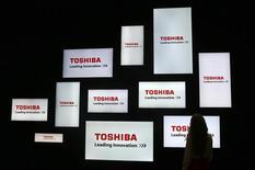 Toshiba s'attend à subir une grosse perte d'exploitation au premier semestre alors qu'il peine à se remettre d'un scandale comptable, ce qui alimente les craintes qu'il ne doive entreprendre une restructuration de plus grande ampleur. Sa perte d'exploitation sera de l'ordre des 90 milliards de yens (740 millions d'euros). /Photo prise le 4 septembre 2015/REUTERS/Hannibal Hanschke