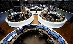 Les principales Bourses européennes évoluent légèrement dans le rouge en début de séance, digérant une salve de résultats trimestriels d'entreprises et les déclarations de Janet Yellen, qui a clairement laissé entendre mercredi que la Réserve fédérale pourrait commencer à relever ses taux d'intérêt dès le mois prochain. Une demi-heure après le début des échanges, l'indice CAC 40 cède 0,11%, le DAX abandonne 0,33% et le FTSE recule de 0,62%. /Photo prise le 4 novembre 2015/REUTERS/Ralph Orlowski