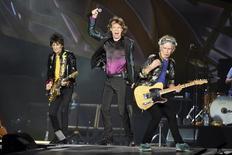 """El cantante de los Rolling Stones, Mick Jagger (medio), durante una actuación junto sus compañeros de abnda Ron Wood (izquierda) y Keith Richards, en el tour """"Zip Code"""" en Nashville, Tennessee, 17 de junio de 2015. La banda británica The Rolling Stones anunció el jueves que volverá a América Latina con una gira tras 10 años de ausencia y actuará en Perú, Colombia y Uruguay por primera vez. REUTERS/Ron Modra/Files"""