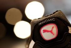 Puma, l'équipementier sportif allemand détenu à 86% par Kering, a fait état d'un ralentissement de la croissance de ses ventes et d'une chute de ses profits au troisième trimestre en raison de la vigueur du dollar. /Photo d'archives/REUTERS/Michaela Rehle