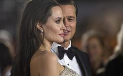 """Diretora e atriz Angelina Jolie e o marido e também ator Brad Pitt na pré-estreia de """"À Beira Mar"""", em Hollywood. 05/11/2015 REUTERS/Mario Anzuoni"""
