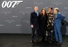 """Actor Daniel Craig, producer Barbara Broccoli, actress Naomie Harris and actor Christoph Waltz (L-R) pose for photographers on the red carpet at the German premiere of the new James Bond 007 film """"Spectre"""" in Berlin, Germany, October 28, 2015. REUTERS/Fabrizio Bensch"""