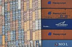 Contenedores de la empresa Hapag Lloyd en terminal portuaria de Altenwerder, puerto de Hamburgo, 14 de octubre de 2014. Las exportaciones y las importaciones alemanas rebotaron en septiembre tras caer en el mes anterior, pero esto no logró calmar las preocupaciones de que una desaceleración en los mercados emergentes dejará una huella en la mayor economía de Europa. REUTERS/Fabian Bimmer/Files