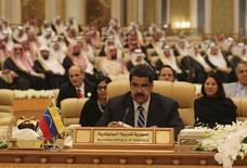 El presidente de Venezuela, Nicolás Maduro, en la cumbre de países sudamericanos y árabes en Riad, nov 10, 2015. Maduro insistió el miércoles en que se debe convocar a una reunión de los principales países productores de petróleo del mundo para apuntalar los precios que han caído bajo los 50 dólares por barril y han golpeado a la economía del país miembro de la OPEP. REUTERS/Miraflores Palace/Handout via Reuters Imagen de uso no comercial, ni de ventas, ni de archivo. Solo para uso editorial. No está disponible para su venta en marketing o en campañas publicitarias. Esta fotografía fue entregada por un tercero y es distribuida, exactamente como fue recibida por Reuters, como un servicio para sus clientes.