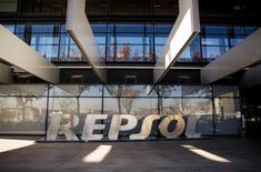 Логотип Repsol у входа в штаб-квартиру компании в Мадриде. 16 декабря 2014 года. Чистая прибыль испанской нефтяной компании Repsol снизилась на 62 процента в третьем квартале за счет падения цен на нефть. REUTERS/Andrea Comas
